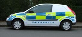 Au sustras maşina unor agenţi de pază, după ce aceştia interveniseră pentru aplanarea unui scandal