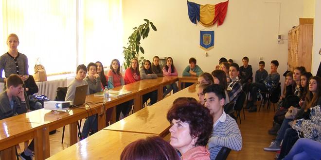 """În cadrul Campaniei """"Europa, casa noastră"""": Discuţii şi prezentări despre Uniunea Europeană în două instituţii de învăţământ din Miercurea-Ciuc"""