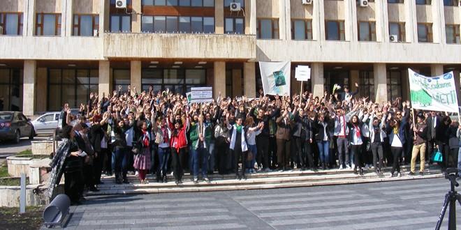 Elevii şi profesorii de la CNOG, în marş de atenţionare asupra defrişărilor iresponsabile