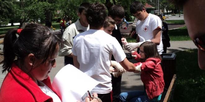 Sub semnul Crucii Roşii: A învăţa de timpuriu să acorzi primul ajutor este o moştenire comunistă?
