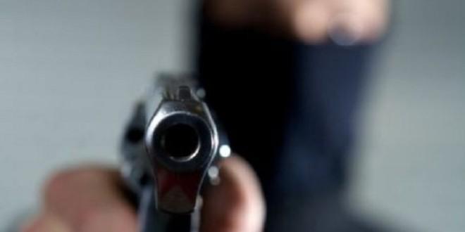 A ameninţat vânzătoarele unui magazin cu un pistol de jucărie şi a fugit cu peste 2.200 de lei