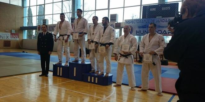 Jandarm-judoka harghitean pe podium