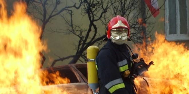 Sărmaş: 15 persoane evacuate dintr-un bloc, în urma unui incendiu provocat intenţionat