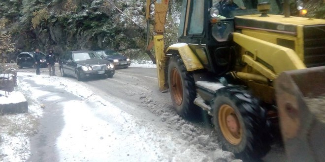 Intervenție a jandarmilor montani la prima zăpadă din această toamnă