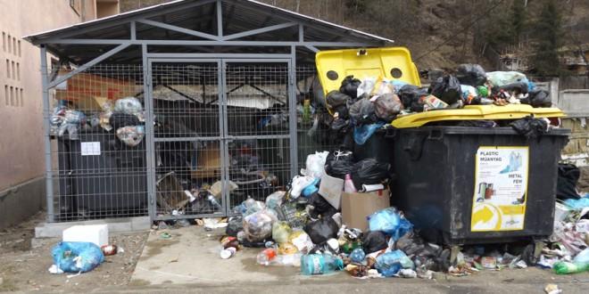 Bălan: Populaţia nemulţumită de faptul că deşeurile menajere din oraş nu au fost ridicate de aproape două săptămâni
