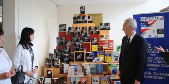 """Ambasadorul SUA la Bucureşti a inaugurat Raftul American la Biblioteca Judeţeană """"Johannes Caioni"""""""