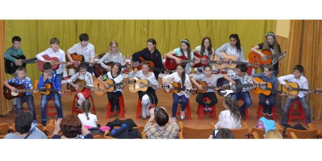 """Grupul """"Chitara de Ciuc"""" şi Cercul de Cusături din cadrul Centrului Cultural """"Miron Cristea"""" – oaspeţi ai Cercului Militar"""