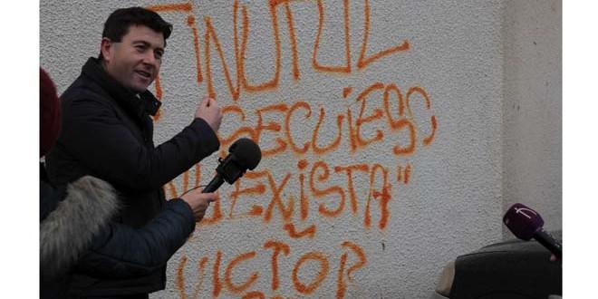 Preşedintele CJ Harghita a vopsit un mesaj scris pe un bloc din Miercurea-Ciuc care spunea că ţinutul secuiesc nu există