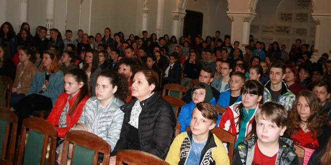 """Aproximativ 250 de elevi maghiari din cinci judeţe, la concursul de limbă română """"Carte frumoasă, cinste cui te-a scris!"""""""