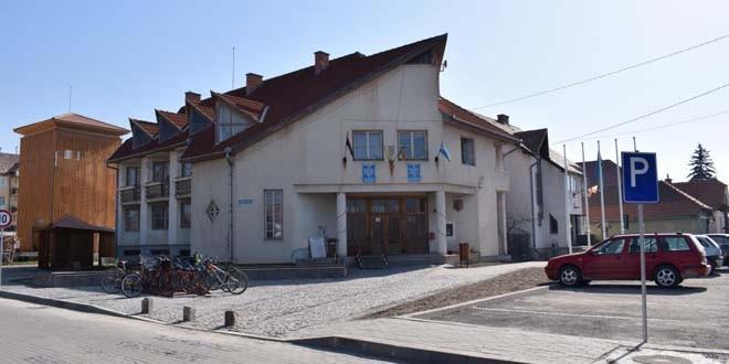 Primarul din Ciumani, obligat de Tribunalul Harghita să îndepărteze steagul secuiesc şi steagul comunei de pe faţada clădirii