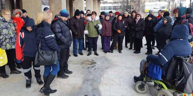 Persoane cu dizabilităţi, nemulţumite de proiectul de buget pe anul 2019, au protestat în faţa Prefecturii