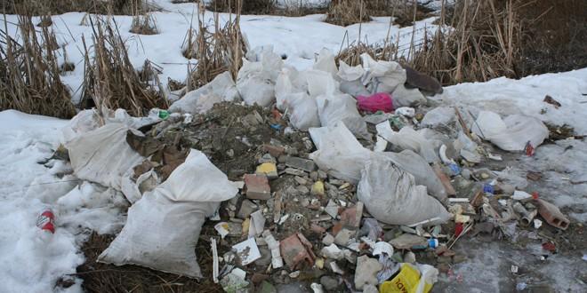Încă se mai aruncă molozul pe terenurile de la marginea municipiului Miercurea Ciuc