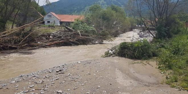 O casă distrusă, alte 25 avariate, zeci de anexe, o sută de grădini şi drumuri avariate în zona Valea Rece