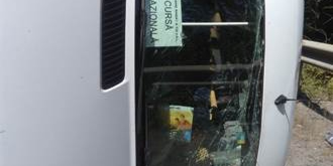 Microbuz cu 19 călători, răsturnat în zona Vârfului Creanga