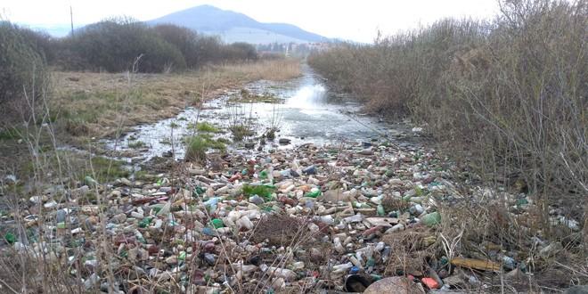 """Locuitori din Miercurea Ciuc reclamă """"pasivitatea"""" autorităţilor faţă de """"ticăloşia"""" poluatorilor"""