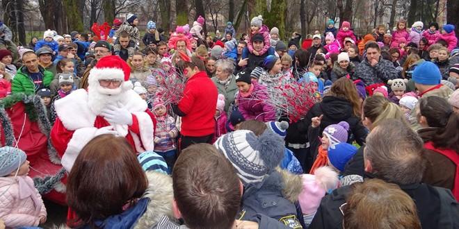 Sute de copii, persoane nevoiaşe şi vârstnici singuri primesc vizita şi darurile Moşului