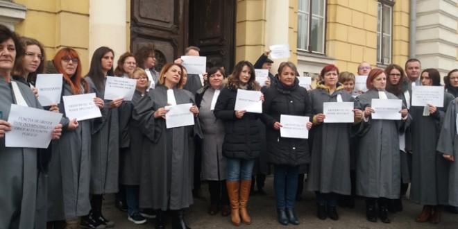 Grefierii protestează față de abrogarea pensiilor de serviciu
