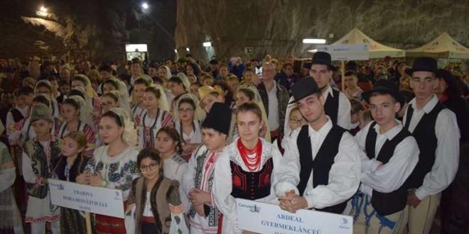 <h5><i>Salina Praid:</i></h5>Copii reprezentând zone istorice şi minorităţi naţionale, la un festival al bunei convieţuiri