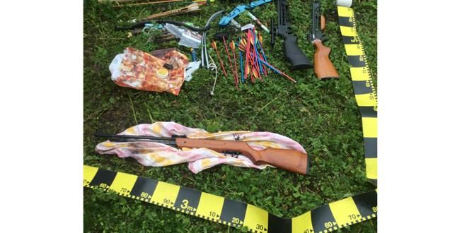 Arme de foc, arbalete, muniţii şi săgeţi, descoperite în urma a trei percheziţii