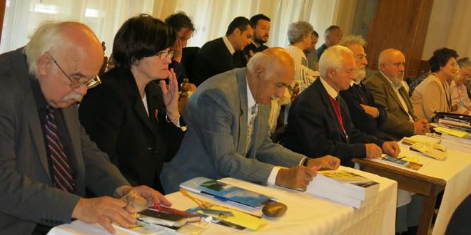 <h5>Români şi unguri în Transilvania, înainte şi după Trianon (5)</h5>Deşi Articolul 169 al Tratatului prevedea restituirea imediată a valorilor şi bunurilor ridicate, luate sau sechestrate, mare parte a arhivelor transilvane se află la Budapesta şi în Secolul XXI