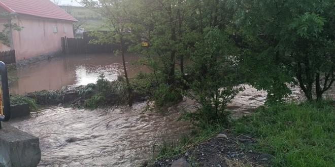 Peste 150 de subsoluri și 250 de curți și gospodării din Vlăhița și Căpâlnița sunt inundate. O persoană vârstnică a fost evacuată