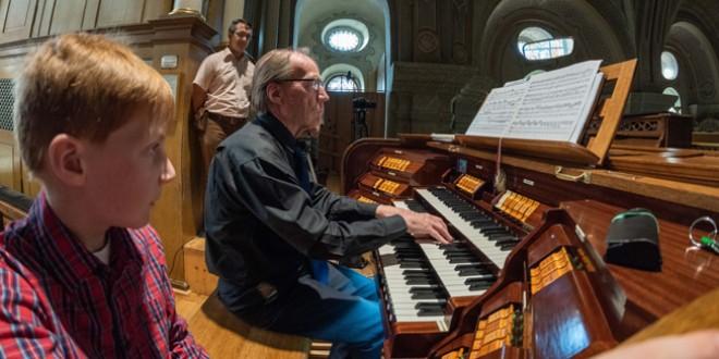 """A concertat în toată Europa, dar preferă să cânte acasă, la Biserica Neagră, """"unde este cea mai frumoasă orgă"""""""