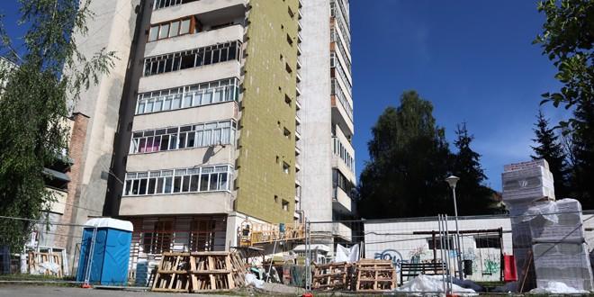 <h5><i>Miercurea Ciuc:</i></h5> Locatarii din blocurile aflate în reabilitare termică, nemulţumiţi de modul de lucru al constructorului