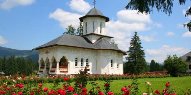 """20 de ani de la sfinţirea Mânăstirii """"Adormirea Maicii Domnului"""" de la Izvoru Mureșului"""