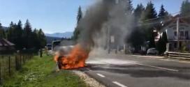 Autoturismul din Izvoru Mureșului a luat foc ca urmare a unui scurt circuit
