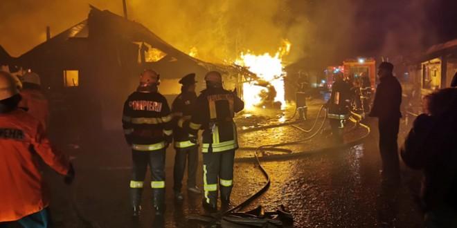 Incendiul de la Șumuleu este localizat. Au fost afectate aproximativ 20 de case din lemn