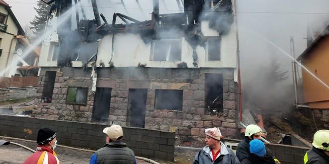 Vilă din Băile Tușnad, cuprinsă de flăcări după ce niște copii s-au jucat cu focul
