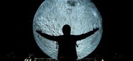 """<h5><i>Rânduri de artă contemporană:</i></h5> Celebrele instalaţii """"Luna"""" şi """"Marte"""" ale cunoscutului artist britanic Luke Jerram, expuse zilele acestea în România"""