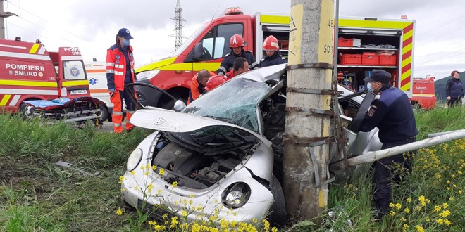 <h5><i>În această după-amiază, la ieșirea din Miercurea Ciuc:</i></h5>Un tânăr a rămas încarcerat într-o mașină după un accident rutier