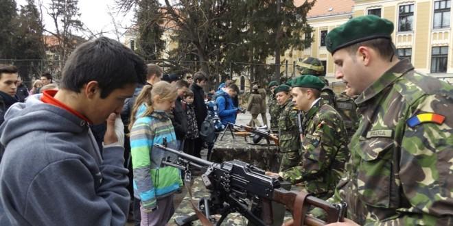 """În săptămâna """"Şcoala altfel"""", Armata Română s-a îndreptat spre elevi"""