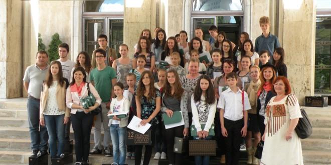 Elevi de la şcoli maghiare din Harghita şi Covasna, câştigători ai unui concurs de limba română, premiaţi la Guvern