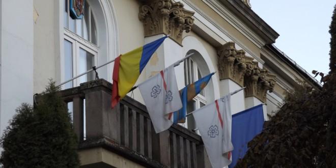 Primăria Miercurea-Ciuc trebuie să înlăture steagul secuiesc de pe clădire