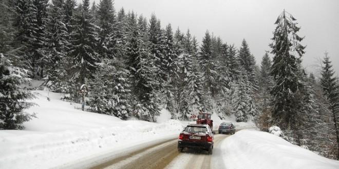 Pe șosele harghitene circulația se desfășoară în condiții de iarnă