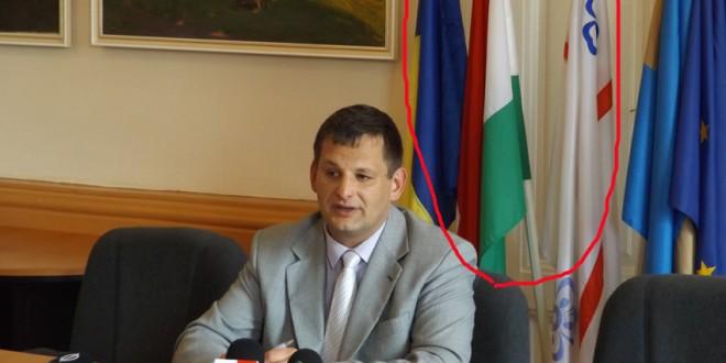 Instituţia din municipiul harghitean este obligată să înlăture drapelul secuiesc şi al Ungariei de la sediul ei