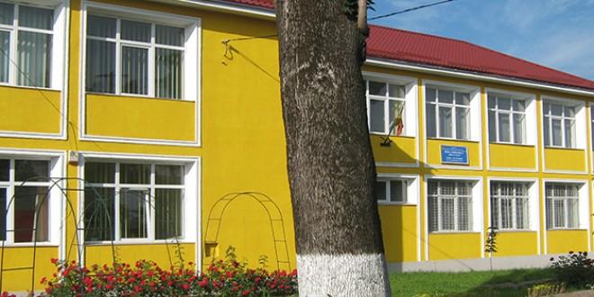 Topliţa: O clădire cu simbolistică aparte adăposteşte viaţa culturală a unei şcoli gimnaziale