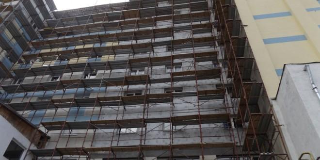 Au fost reluate lucrările la programul de reabilitare termică a blocurilor din Miercurea-Ciuc