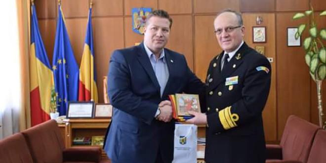 Tricolorul românesc, oferit de prefect Forţelor Navale Române, va fi rborat pe catargul Navei-Şcoală Mircea