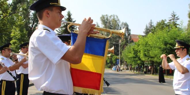 """Ziua Imnului Național: oficialități și șefi ai instituțiilor județene, militari și localnici au cântat """"Deșteaptă-te române!"""" în centrul municipiului Miercurea-Ciuc"""