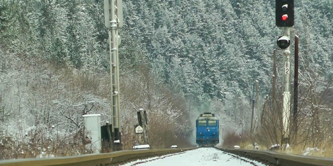 Traficul feroviar între în zona Băile Tușnad se asigură cu locomotive diesel, după ce un brad a rupt firele de curent
