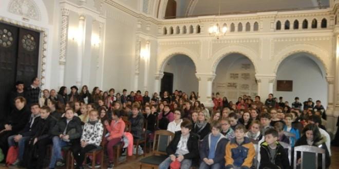 Circa 200 de elevi de la şcoli cu predare în limba maghiară, la un concurs de limba română
