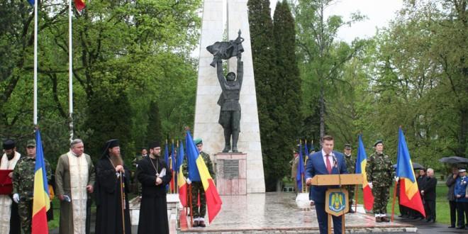 Miercurea-Ciuc: Ceremonii militare pentru sărbătorirea a 140 de ani de la Proclamarea Independenţei de Stat a României, 72 de ani de la Victoria Naţiunilor Unite asupra nazismului, Ziua Europei şi Ziua Veteranilor de Război