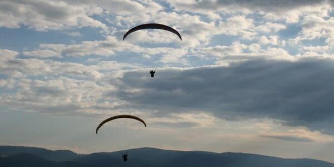 Bucuria zborului, trăită de zeci de piloţi de parapantă şi deltaplan, într-o întâlnire emoţionantă la Şumuleu-Ciuc, leagăn al zborului liber în România