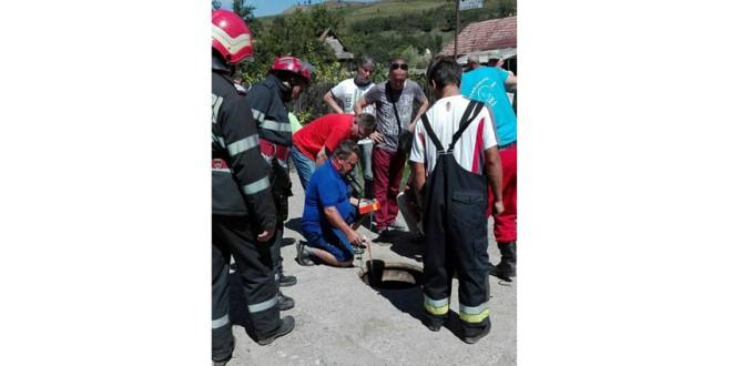 Doi muncitori care au intrat într-un canal, decedaţi din cauza lipsei de oxigen