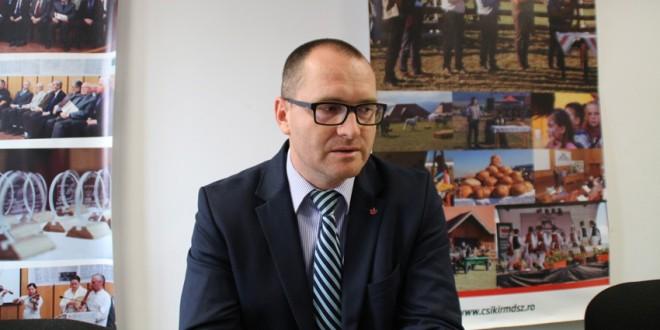 Korodi Attila condamnă atitudinea partidelor româneşti de a nu purta discuţii pe tema reducerii procentului care impune folosirea limbii materne în administraţia publică locală