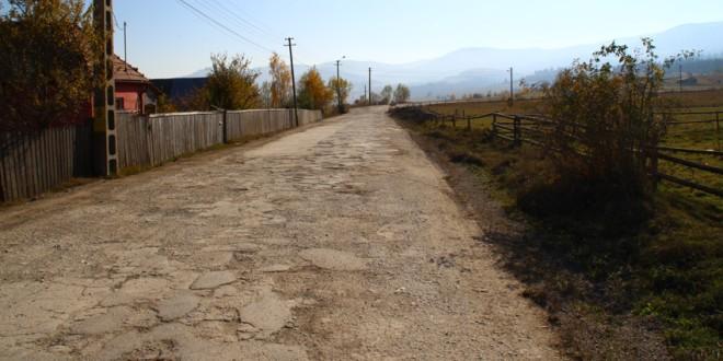 Ieri au început lucrările de întreţinere pe drumul spre unitatea militară din Miercurea-Ciuc