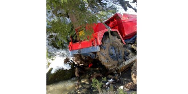 Accidentat grav, după a căzut cu un utilaj de excavare într-o râpă de aproximativ 10 metri